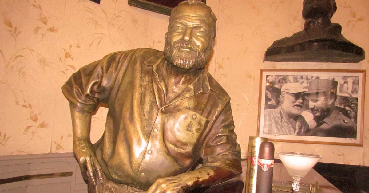 Hemingway életnagyságú bronz szobra